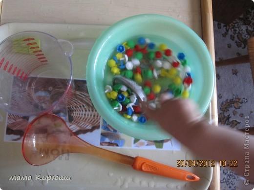 1) Надо просунут кусочки картона в щель в бутылке, потом трясти бутылку пока они не повыпадают.  фото 5