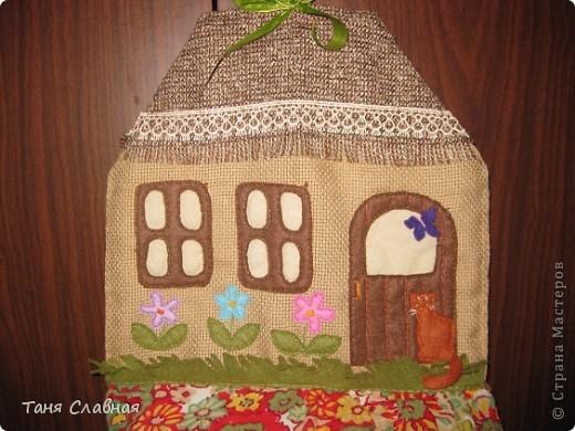 """Пакетницу решила сделать в виде домика,  а нижний """"мешок"""", куда складываются пакеты - выполняет роль горы, на которой домик как будто стоит. фото 2"""