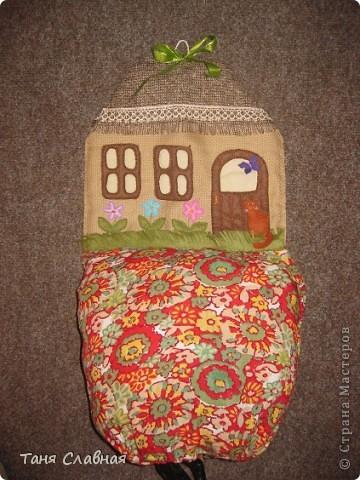 """Пакетницу решила сделать в виде домика,  а нижний """"мешок"""", куда складываются пакеты - выполняет роль горы, на которой домик как будто стоит. фото 1"""