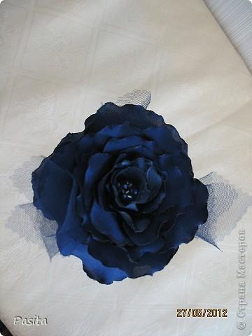 """Доброго времени суток, дорогие рукодельницы! Принимайте на ваш суд мою первую розу из атласа. Это, наверное, будет брошь на моё любимое  платье. Пока цветок не закреплен на застёжке, а стоит в бокале. Как у Булата Окуджавы :""""в склянке тёмного стекла из под импортного пива роза ... У меня синяя... цвела гордо и неторопливо"""". Фото без вспышки.  фото 3"""