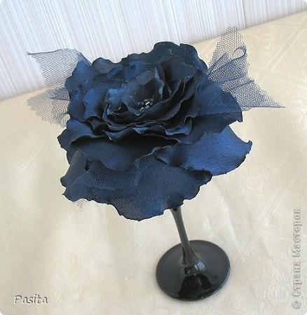 """Доброго времени суток, дорогие рукодельницы! Принимайте на ваш суд мою первую розу из атласа. Это, наверное, будет брошь на моё любимое  платье. Пока цветок не закреплен на застёжке, а стоит в бокале. Как у Булата Окуджавы :""""в склянке тёмного стекла из под импортного пива роза ... У меня синяя... цвела гордо и неторопливо"""". Фото без вспышки.  фото 1"""