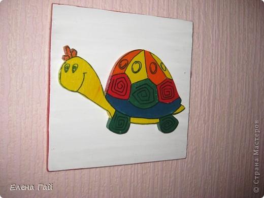 Решили украсить стену в комнате дочки.... Взяла обычнуб фанеру (8 мм). Вырезала 5 квадратов 16Х16. Покрыла их гуашью, т. к. под рукой других красок не оказалась.  Далее из интернета взяла изображение животных и перенесла их  на фанеру (8 мм). Лобзиком их вырезала и  раскрасила гуашью.  Потом каждую фигурку приклеела на квадрат и покрыла лаком.  фото 4