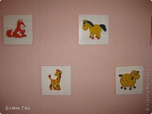 Решили украсить стену в комнате дочки.... Взяла обычнуб фанеру (8 мм). Вырезала 5 квадратов 16Х16. Покрыла их гуашью, т. к. под рукой других красок не оказалась.  Далее из интернета взяла изображение животных и перенесла их  на фанеру (8 мм). Лобзиком их вырезала и  раскрасила гуашью.  Потом каждую фигурку приклеела на квадрат и покрыла лаком.  фото 6