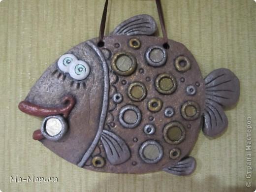 Всем привет!Выставляю свою первую работу из соленого теста.Рыбка была подарена друзьям на новоселье.