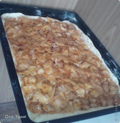 очень быстрый пирог с капусткой. самое главное здесь тесто - оно всегда получается и можно приготовить хоть  пироги,хоть сладкие булочки + оно еще довольно бюджетное)  фото 8
