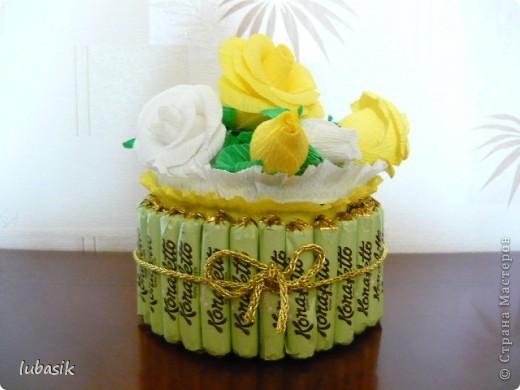 На день рождения подруге сделала конфетный тортик. Решила делать не очень ярким в светло бело - жёлто - зелёной гамме. фото 1