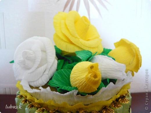 На день рождения подруге сделала конфетный тортик. Решила делать не очень ярким в светло бело - жёлто - зелёной гамме. фото 2