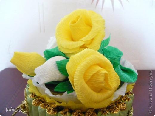 На день рождения подруге сделала конфетный тортик. Решила делать не очень ярким в светло бело - жёлто - зелёной гамме. фото 3