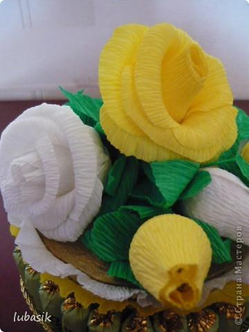 На день рождения подруге сделала конфетный тортик. Решила делать не очень ярким в светло бело - жёлто - зелёной гамме. фото 6