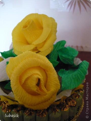 На день рождения подруге сделала конфетный тортик. Решила делать не очень ярким в светло бело - жёлто - зелёной гамме. фото 7