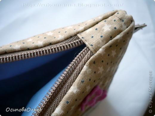 Мне очень нравится  замечательный блог Елены Гришиной. Она шьет потрясающие сумки ( и не только), там же есть и мастер-классы. Вот хороший мастер класс по пошиву косметички: http://dushechki.blogspot.com/2012/02/blog-post_2481.html#more  По нему я и сшила вот такую: фото 3