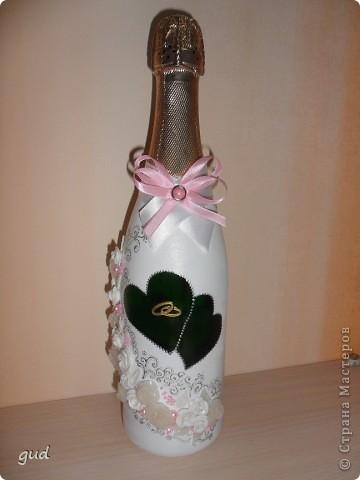 Первая моя бутылка свадебная в такой технике. Раньше практиковалась только на обклеивании косой бейкой свадебных бутылок. Очень красивые работы у мастерицы Юлия свадьба. Идею с сердечками позаимствовала у нее.  фото 1