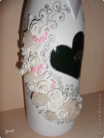 Первая моя бутылка свадебная в такой технике. Раньше практиковалась только на обклеивании косой бейкой свадебных бутылок. Очень красивые работы у мастерицы Юлия свадьба. Идею с сердечками позаимствовала у нее.  фото 2