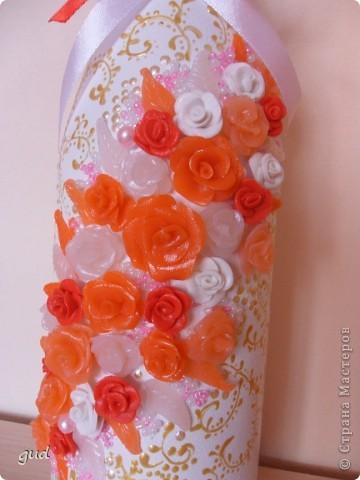 Первая моя бутылка свадебная в такой технике. Раньше практиковалась только на обклеивании косой бейкой свадебных бутылок. Очень красивые работы у мастерицы Юлия свадьба. Идею с сердечками позаимствовала у нее.  фото 6