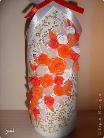 Первая моя бутылка свадебная в такой технике. Раньше практиковалась только на обклеивании косой бейкой свадебных бутылок. Очень красивые работы у мастерицы Юлия свадьба. Идею с сердечками позаимствовала у нее.  фото 7