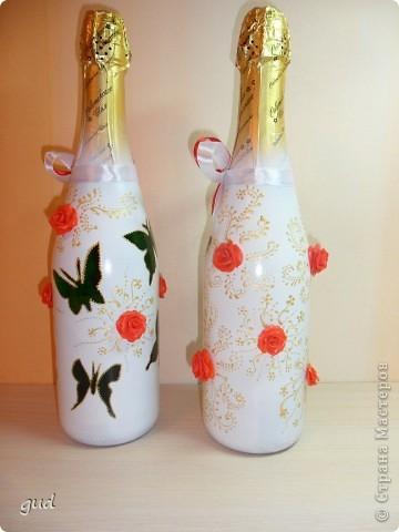 Первая моя бутылка свадебная в такой технике. Раньше практиковалась только на обклеивании косой бейкой свадебных бутылок. Очень красивые работы у мастерицы Юлия свадьба. Идею с сердечками позаимствовала у нее.  фото 22