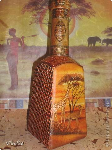 Здравствуйте, мои дорогие жители СМ! Я опять пришла к вам с бутылочкой! Захотелось сделать Африку! Работала с тем , что есть в наличии! Вроде много делала бутылок, но ни одной не осталось. А африканскую тему  делала только в третий раз.   Материалы - стеклянная бутылка 0,5л, две стенки с логотипами зашпатлеваны, высушены, сверху опять шпатлёвка через строительную сетку, отшкурено, загрунтованы все грани, покрыто акриловым лаком. фото 1