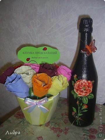Вот такой подарок на 50 лет мне заказали. На фото одна сторона бутылки. Цветочки из гофрированной бумаги, а внутри орешек с предсказанием. фото 1