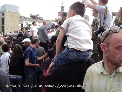 """В предыдущих двух фоторепортажах мы уже рассказывали о фестивале """"Сделано в Грузии"""" в г. Тбилиси, проведенном 26 мая в честь Дня Независимости Грузии. Интересного было много, поэтому продолжаем выкладывать новые фото.  Маленький грузин в кабалахи. Это теплые накидка и шапка, которые не пропускают воду. Именно поэтому их чаще всего одевали в горах.  фото 19"""