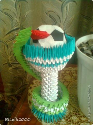 Ко дню медработника меня попросили сделать чашу со змеей с футбольным мячом(оригами)к ЭВРО 2012.Вот результат. фото 1