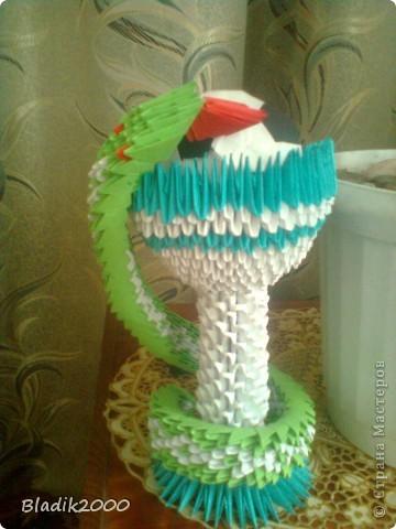 Ко дню медработника меня попросили сделать чашу со змеей с футбольным мячом(оригами)к ЭВРО 2012.Вот результат. фото 2
