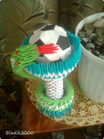 Ко дню медработника меня попросили сделать чашу со змеей с футбольным мячом(оригами)к ЭВРО 2012.Вот результат. фото 3