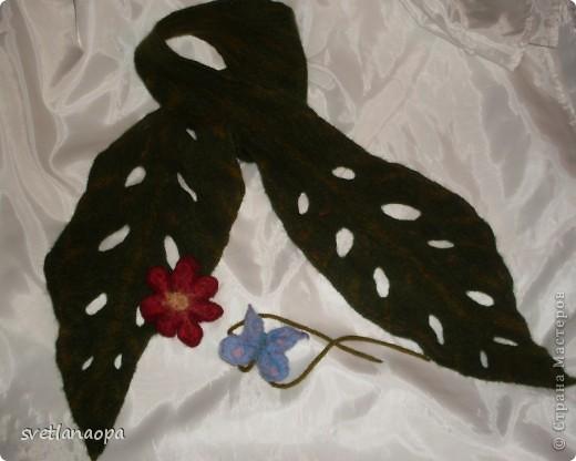 Когда увлеклась валянием не могла остановится, хотелось все попробовать сделать.Накупила много шерсти(до сих пор целая сумка стоит), как плюшкин, теперь слегка остыла.Вот хвастаюсь -шарфики разные. Голубую бабочку можно использовать как браслет на руку, а можно завязать просто на шарф. фото 1