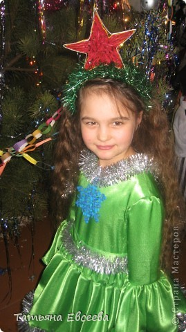 """Давно хотела поделиться идеей новогоднего костюма, который мы сшили к встрече Нового 2012 года. Фотографировала ни сама, поэтому за качество не ручаюсь. Самое интересное было изготовить звёздочку в технике квиллинг и """"ожерелье"""" - снежинка. Платье длинное. Нашито три яруса, которые обрамлены серебристой мишурой. фото 1"""