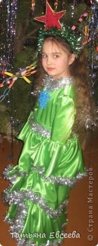 """Давно хотела поделиться идеей новогоднего костюма, который мы сшили к встрече Нового 2012 года. Фотографировала ни сама, поэтому за качество не ручаюсь. Самое интересное было изготовить звёздочку в технике квиллинг и """"ожерелье"""" - снежинка. Платье длинное. Нашито три яруса, которые обрамлены серебристой мишурой. фото 3"""