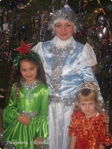 """Давно хотела поделиться идеей новогоднего костюма, который мы сшили к встрече Нового 2012 года. Фотографировала ни сама, поэтому за качество не ручаюсь. Самое интересное было изготовить звёздочку в технике квиллинг и """"ожерелье"""" - снежинка. Платье длинное. Нашито три яруса, которые обрамлены серебристой мишурой. фото 4"""