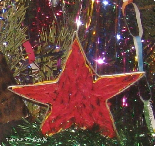 """Давно хотела поделиться идеей новогоднего костюма, который мы сшили к встрече Нового 2012 года. Фотографировала ни сама, поэтому за качество не ручаюсь. Самое интересное было изготовить звёздочку в технике квиллинг и """"ожерелье"""" - снежинка. Платье длинное. Нашито три яруса, которые обрамлены серебристой мишурой. фото 2"""