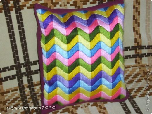 Мой первый и пока единственный опыт создания подушки. Вышивка - лонгстич. Очень понравилось вышивать. Легко и совершенно несложно. А вот с созданием подушки пришлось потрудиться.