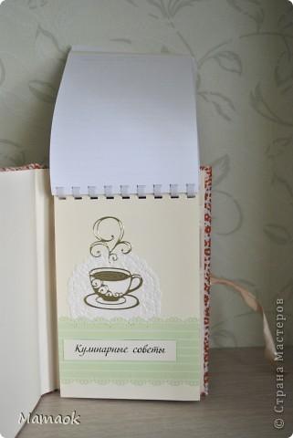 Вот такую кулинарную книгу я сделала для одной замечательной девушки. Пришлось с ней повозиться не один вечер - но результатом я довольна и надеюсь, что будущей обладательнице книга тоже понравится )). Книга уже отправилась в славный город Воронеж! фото 7