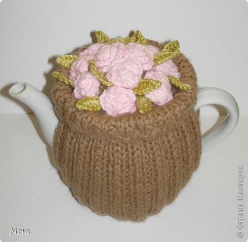 Эту грелочку на чайник я подглядела здесь http://spicami.ru/archives/8766. Идея мне очень понравилась, но я добавила кое-что от себя и не вязала подкладку. Цвет у меня подобран не случайно, а к комплекту столового белья.  фото 1