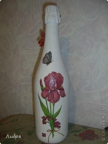 Вот такой подарок на 50 лет мне заказали. На фото одна сторона бутылки. Цветочки из гофрированной бумаги, а внутри орешек с предсказанием. фото 3