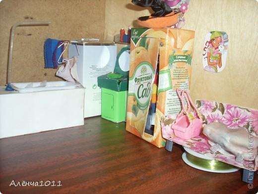 <font color=red>Ну я как бы фоткать неумею,но всётаки выложу =) Вот он мой домик.Из покупного только:стулья,камин,магнитофон,пони типа игрушки для кукол,кухня. И тут даже раскладное кресло по МК Тимофеевны</font> фото 4