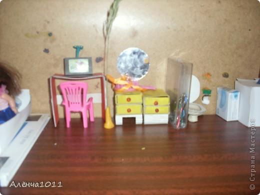 <font color=red>Ну я как бы фоткать неумею,но всётаки выложу =) Вот он мой домик.Из покупного только:стулья,камин,магнитофон,пони типа игрушки для кукол,кухня. И тут даже раскладное кресло по МК Тимофеевны</font> фото 3