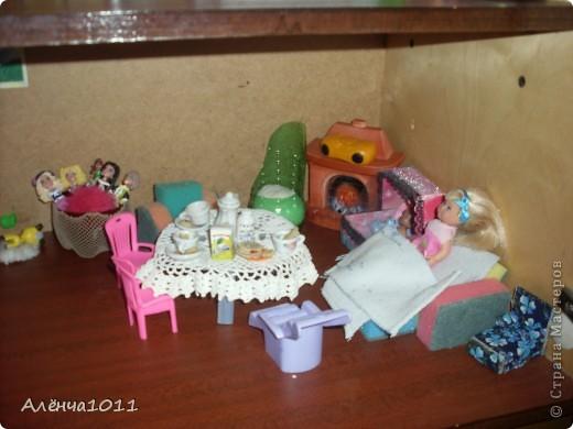 <font color=red>Ну я как бы фоткать неумею,но всётаки выложу =) Вот он мой домик.Из покупного только:стулья,камин,магнитофон,пони типа игрушки для кукол,кухня. И тут даже раскладное кресло по МК Тимофеевны</font> фото 5