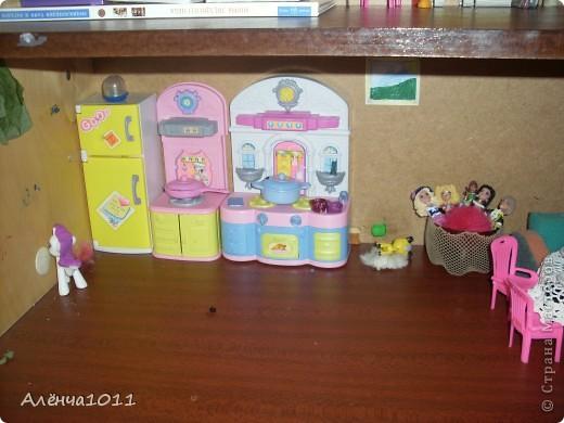 <font color=red>Ну я как бы фоткать неумею,но всётаки выложу =) Вот он мой домик.Из покупного только:стулья,камин,магнитофон,пони типа игрушки для кукол,кухня. И тут даже раскладное кресло по МК Тимофеевны</font> фото 6