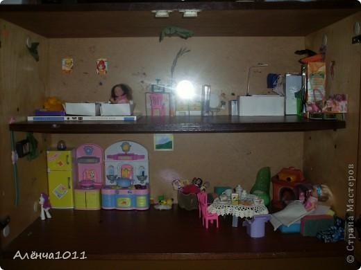 <font color=red>Ну я как бы фоткать неумею,но всётаки выложу =) Вот он мой домик.Из покупного только:стулья,камин,магнитофон,пони типа игрушки для кукол,кухня. И тут даже раскладное кресло по МК Тимофеевны</font> фото 1