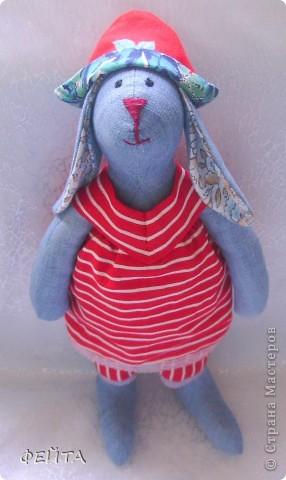 Проба пера,мой тильдочка. В последнее время очень нравятся ТИльдочки-кролики,зайчики,овечки,коровки,улитки и т.д. -всех не перечесть... Вот решила тоже сшить-правда сшила из того ,что было...основа-джинсовая ткань,набит кролик холофайбером. Знаете,шитье кролика-доставило удовольствие!!!!! фото 1