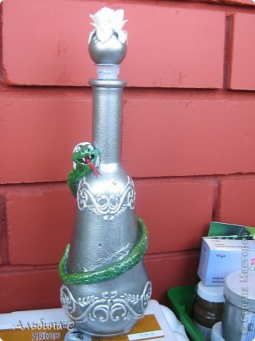 Вот такую ещё бутылочку оформила в подарок коллеге.Эдакий дружеский шарж:причёска и цвет глаз её. фото 1
