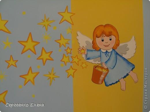 Наступило лето, а с ним и пора ремонтов в детском саду. Первой отремонтировали спальню у самых маленьких детей, в яслях. Воспитатели всё делали сами, а когда стены были готовы, пригласили мены для росписи стен. Ангелочка подсмотрели в одной из детских книжек. На первой фотографии самая большая стена, поэтому уместилось сразу два ангелочка, которые разбрасывают звёздочки счастья. Окна выходят на солнечную сторону, поэтому основной тон стен нежно-голубой, а элементы росписи (звёзды, ведёрко и волосы ) под цвет жалюзи. фото 2
