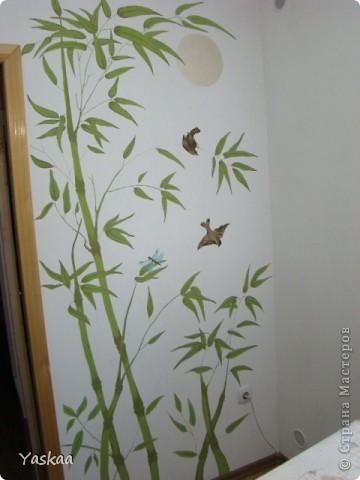 Долго я собиралась силами, затем долго расписывала и наконец расписала стену на кухне. Не судите строго, это мой первый опыт. Есть погрешности, на будущее сделала выводы. Выкладываю фото в процессе. Все началось с выбора картинки. Долго искала изображение бамбука, которое мне бы понравилось и подошло и наткнулась на роспись дверей. Распечатала и разделила на равные квадраты, за это спасибо Подолинная Любовь, которая описала данную (простейшую) технику вот тут http://stranamasterov.ru/node/174957 Соответственно нанесла сетку на стену и вперед фото 15