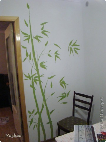 Долго я собиралась силами, затем долго расписывала и наконец расписала стену на кухне. Не судите строго, это мой первый опыт. Есть погрешности, на будущее сделала выводы. Выкладываю фото в процессе. Все началось с выбора картинки. Долго искала изображение бамбука, которое мне бы понравилось и подошло и наткнулась на роспись дверей. Распечатала и разделила на равные квадраты, за это спасибо Подолинная Любовь, которая описала данную (простейшую) технику вот тут http://stranamasterov.ru/node/174957 Соответственно нанесла сетку на стену и вперед фото 5