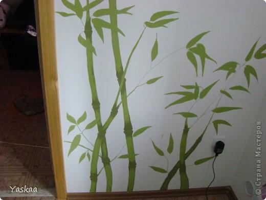 Долго я собиралась силами, затем долго расписывала и наконец расписала стену на кухне. Не судите строго, это мой первый опыт. Есть погрешности, на будущее сделала выводы. Выкладываю фото в процессе. Все началось с выбора картинки. Долго искала изображение бамбука, которое мне бы понравилось и подошло и наткнулась на роспись дверей. Распечатала и разделила на равные квадраты, за это спасибо Подолинная Любовь, которая описала данную (простейшую) технику вот тут http://stranamasterov.ru/node/174957 Соответственно нанесла сетку на стену и вперед фото 7