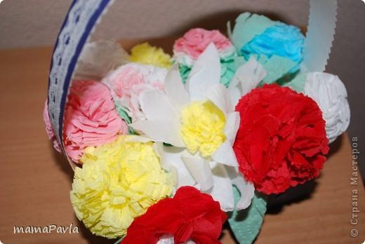 """Нашему детсаду был юбилей. Вот такой подарок мы приготовили для нашей """"Красной Шапочки! - корзинка с цветами и открыточка.  Ребенок получил большое удовольствие в создании подарка.  Цветы сделала из салфеток (спасибо МК мастериц сайта) прикрепив их к зубочистке, ребенок сам создавал букет в этот процесс я не лезла. Правда, когда давала задание создать букет, думала, что """"посадит по цвету"""" желтые к желтым, красные к красным, а нет :) ошиблась. фото 3"""