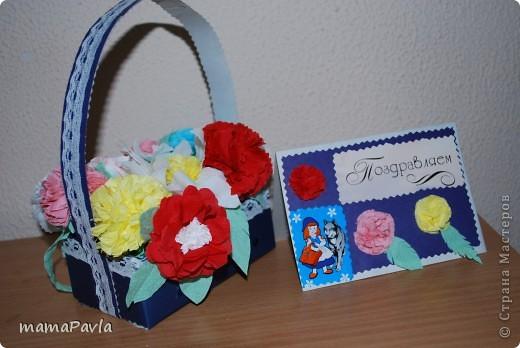 """Нашему детсаду был юбилей. Вот такой подарок мы приготовили для нашей """"Красной Шапочки! - корзинка с цветами и открыточка.  Ребенок получил большое удовольствие в создании подарка.  Цветы сделала из салфеток (спасибо МК мастериц сайта) прикрепив их к зубочистке, ребенок сам создавал букет в этот процесс я не лезла. Правда, когда давала задание создать букет, думала, что """"посадит по цвету"""" желтые к желтым, красные к красным, а нет :) ошиблась. фото 1"""