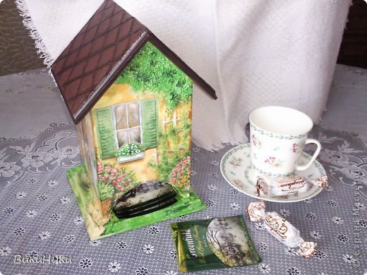 Этих чайных домиков - пруд пруди!!! Но так салфетка хороша! Живьём домик просто прелесть, фотик у меня фиговый, не передаёт яркость и веселость!))) фото 1