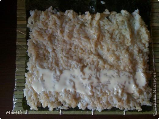 Для суши я использовала: 2 стакана риса(специальный для суши или же можно взять обычный рис,но только круглый!!!) Сегодня я использовала обычный круглый рис. 3 стакана воды(кипяток) листы нори филе сельди крабовые палочки сметана(домашняя) соевый соус васаби маринованный имбирь бамбуковый коврик пищевая пленка палочки для суши фото 10